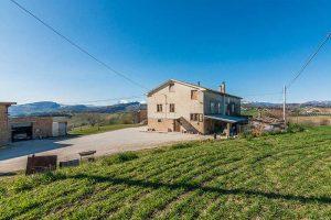 L'Agenzia Immobiliare Puzielli propone casale a Falerone con vista panoramica dei Monti Sibillini