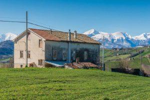 Casale a Falerone con vista panoramica dei Monti Sibillini