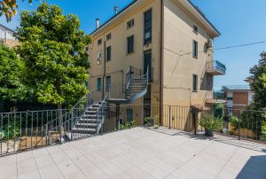 Appartamento su due piani con ascensore privato e terrazzo