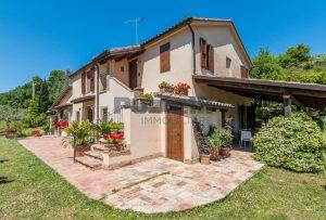 L'Agenzia Immobiliare Puzielliproponecasale con piscina in vendita a Montefiore dell'Aso (36)