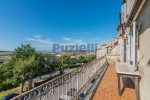 L'Agenzia Immobiliare Puzielli, propone casa con terrazzo in vendita nel centro storico di Fermo (10)