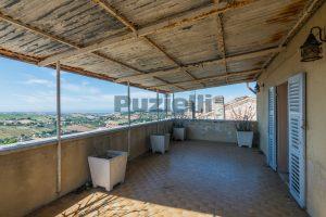 L'Agenzia Immobiliare Puzielli, propone casa con terrazzo in vendita nel centro storico di Fermo (21)