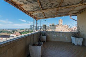 L'Agenzia Immobiliare Puzielli, propone casa con terrazzo in vendita nel centro storico di Fermo (22)