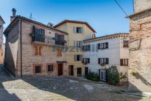 L'Agenzia Immobiliare Puzielli, propone casa con terrazzo in vendita nel centro storico di Fermo (25)