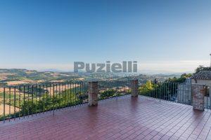 L'Agenzia Immobiliare Puzielli propone casa con terrazzo vista mare e monti in vendita nel centro storico di Fermo (12)