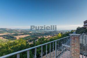 L'Agenzia Immobiliare Puzielli propone casa con terrazzo vista mare e monti in vendita nel centro storico di Fermo (15)