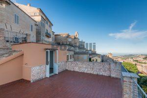 L'Agenzia Immobiliare Puzielli propone casa con terrazzo vista mare e monti in vendita nel centro storico di Fermo (17)