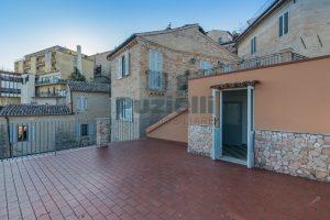 L'Agenzia Immobiliare Puzielli propone casa con terrazzo vista mare e monti in vendita nel centro storico di Fermo (18)