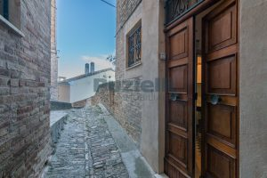 L'Agenzia Immobiliare Puzielli propone casa con terrazzo vista mare e monti in vendita nel centro storico di Fermo (19)