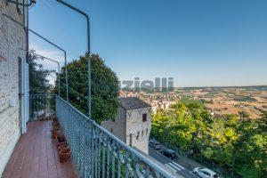 L'Agenzia Immobiliare Puzielli propone casa con terrazzo vista mare e monti in vendita nel centro storico di Fermo (5)