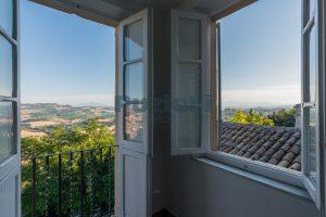 L'Agenzia Immobiliare Puzielli propone casa con terrazzo vista mare e monti in vendita nel centro storico di Fermo (7)
