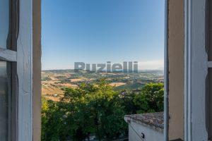 L'Agenzia Immobiliare Puzielli propone casa con terrazzo vista mare e monti in vendita nel centro storico di Fermo (9)