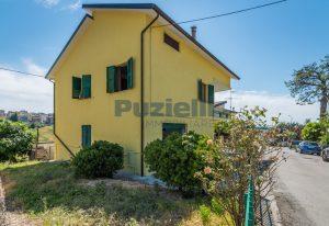 L'Agenzia Immobiliare Puzielli propone casa singola con giardino in vendita a Fermo (31)