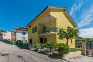 L'Agenzia Immobiliare Puzielli propone casa singola con giardino in vendita a Fermo (34)