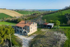 L'Agenzia Immobiliare Puzielliproponecasa di campagna con vista mare e terreno a Capodarco