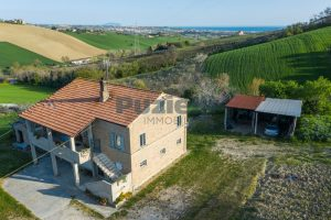L'Agenzia Immobiliare Puzielliproponecasa di campagna con vista mare e terreno a Capodarco (1)