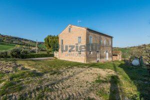 L'Agenzia Immobiliare Puzielliproponecasa di campagna con vista mare e terreno a Capodarco (25)