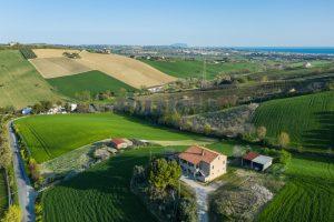 L'Agenzia Immobiliare Puzielliproponecasa di campagna con vista mare e terreno a Capodarco (3)