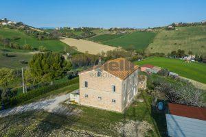 L'Agenzia Immobiliare Puzielliproponecasa di campagna con vista mare e terreno a Capodarco (6)