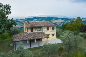 L'Agenzia Immobiliare Puzielli propone casa di campagna vista panoramica (11)