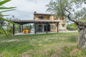 L'Agenzia Immobiliare Puzielli propone casa di campagna vista panoramica (37)