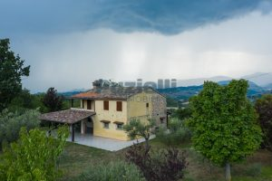 L'Agenzia Immobiliare Puzielli propone casa di campagna vista panoramica (6)