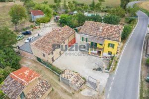 L'Agenzia Immobiliare Puziellipropone casale ad uso bed and breakfast con piscina (1)