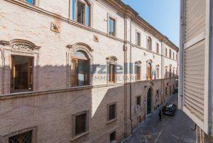 L'agenzia Immobiliare Puzielli propone piano Nobile da ristrutturare con corte esterna a Fermo (10)