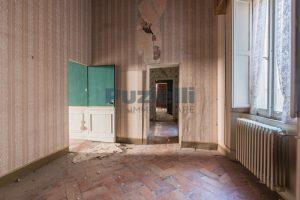 L'agenzia Immobiliare Puzielli propone piano Nobile da ristrutturare con corte esterna a Fermo (13)