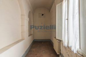 L'agenzia Immobiliare Puzielli propone piano Nobile da ristrutturare con corte esterna a Fermo (21)