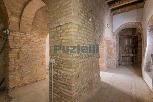 L'agenzia Immobiliare Puzielli propone piano Nobile da ristrutturare con corte esterna a Fermo (3)