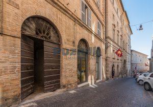 L'agenzia Immobiliare Puzielli propone piano Nobile da ristrutturare con corte esterna a Fermo (35)