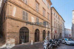 L'agenzia Immobiliare Puzielli propone piano Nobile da ristrutturare con corte esterna a Fermo (36)