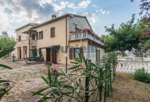 Casale ristrutturato in vendita a Camporotondo di Fiastrone