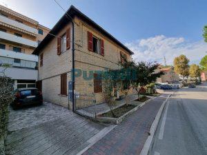L'Agenzia Immobiliare Puzielli proponeappartamento con corte esterna in vendita a Fermo (21)